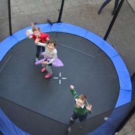 Děti a trampolína
