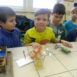 Prvňáčci v chemické učebně